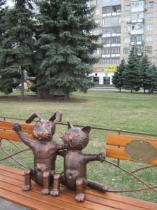 кот и пес памятник бронза фото